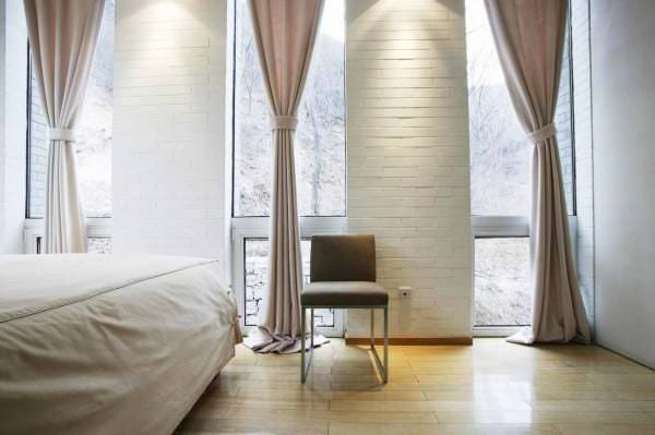 chic-bedroom-idea-window-treatments-curtain-drapes-valance-blinds