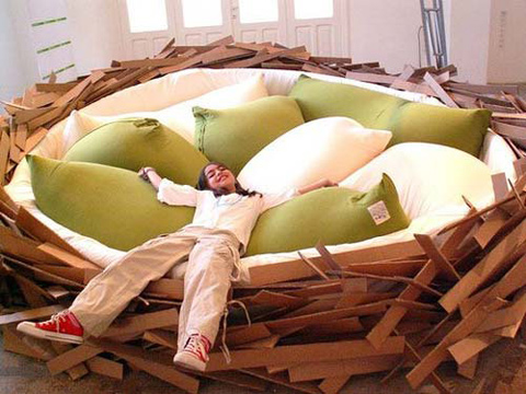 Круглая кровать, похожая на гнездо