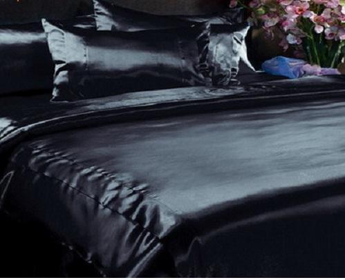 Страстные спальни с черным постельным бельем