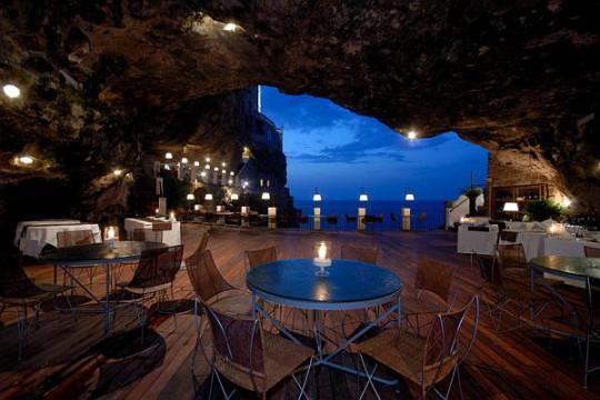 Интерьеры ресторана, расположенного в пещере