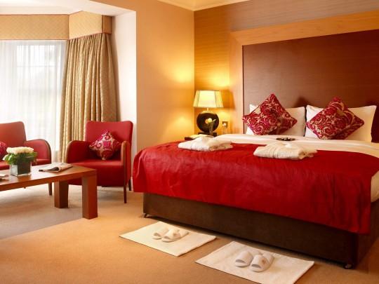 Красный цвет в интерьере спальни