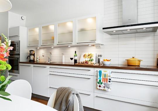 Особенности, преимущества и недостатки кухонных фасадов из стекла