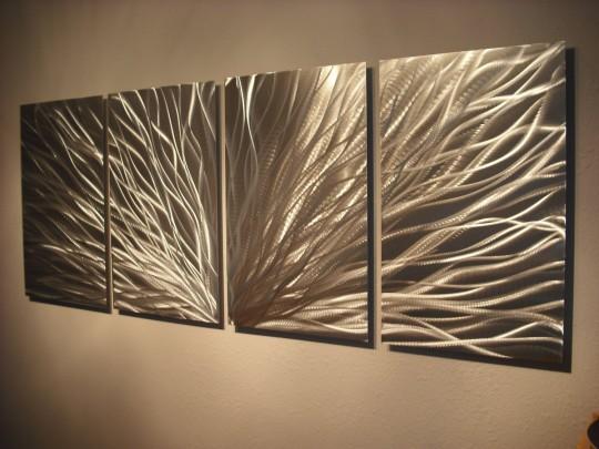 Украшение стен декором из металла