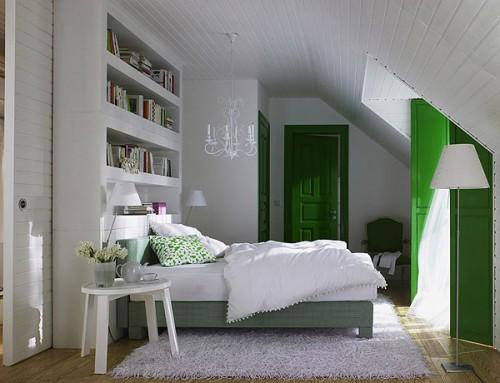 Интерьер комнаты со скошенным потолком